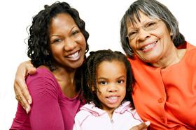 Abuela, madre e hija sentados juntos