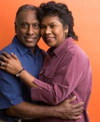 Un hombre y una mujer abrazándose