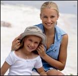 una madre con su hija en la playa