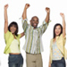 Grupo de personas celebrando con las manos arriba