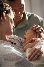 Padres observando a un bebé recién nacido