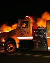 Un carro de bomberos atendiendo una emergencia