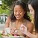 Mujeres comiendo ensalada