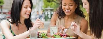 Niños sentados en la mesa comiendo