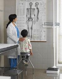 Una doctora y un niño