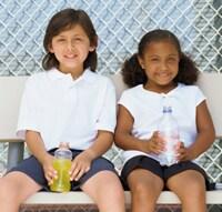 dos niños sentados en un banquito