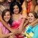 Una mujer embarazada junto a sus amigas