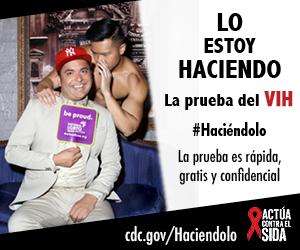 Un hombre sentado en un sofá de terciopelo con un letrero del National LGBTQ Task Force. Detrás de él hay un hombre sin camisa que le susurra en su oreja. Uno está sentado en el sofá mientras . La prueba es rápida, gratis, y confidencial. cdc.gov/Haciendolo #Haciéndolo Act Against AIDS