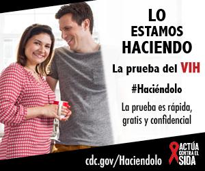 Una pareja joven  parados en la cocina, tomando una taza de café y sonriendo. La prueba es rápida, gratis, y confidencial. cdc.gov/Haciendolo #Haciéndolo Act Against AIDS
