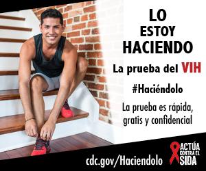 Un joven sonriendo, sentado en unas escaleras interiores mientras que amarra sus zapatos de correr. La prueba es rápida, gratis, y confidencial. cdc.gov/Haciendolo #Haciéndolo Act Against AIDS