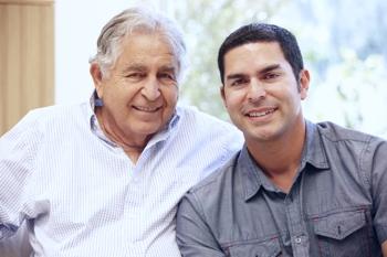 Foto de un padre y su hijo adulto