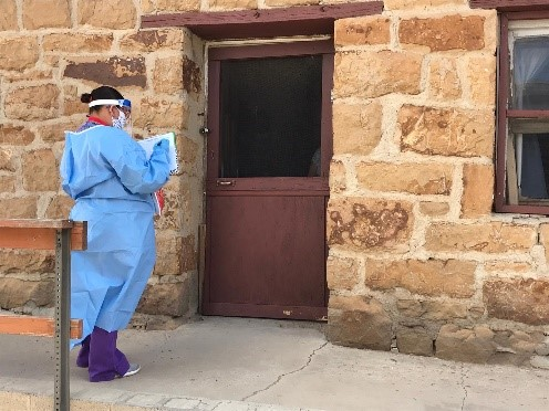 PPE를 착용하고 메모 중인 여성