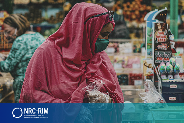 식료품을 구매 중인 여성의 이미지