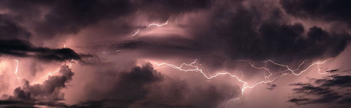 bầu trời bão tố