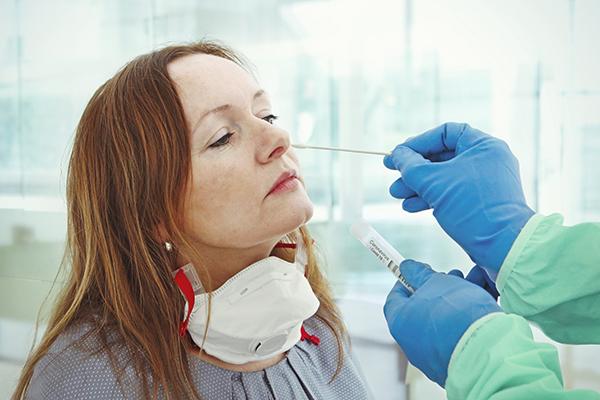 医疗人员采集样本进行冠状病毒检测