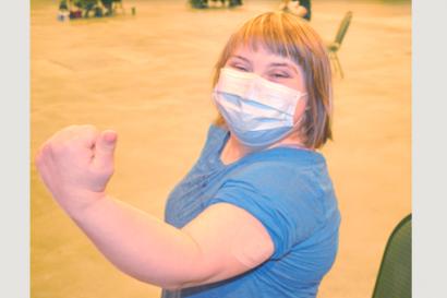 백신 접종받은 팔을 보여주는 소녀