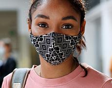 学生戴着口罩在学校走廊