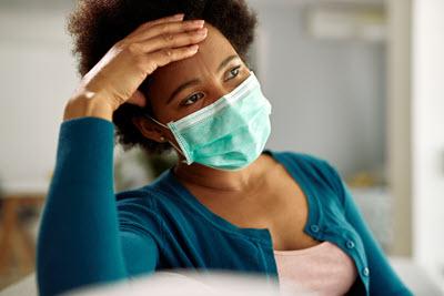 근심하는표정의,마스크를 착용한 여성