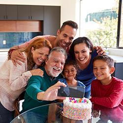 gia đình tụ tập bên bánh sinh nhật