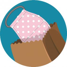 mascarilla siendo colocada en una bolsa de papel