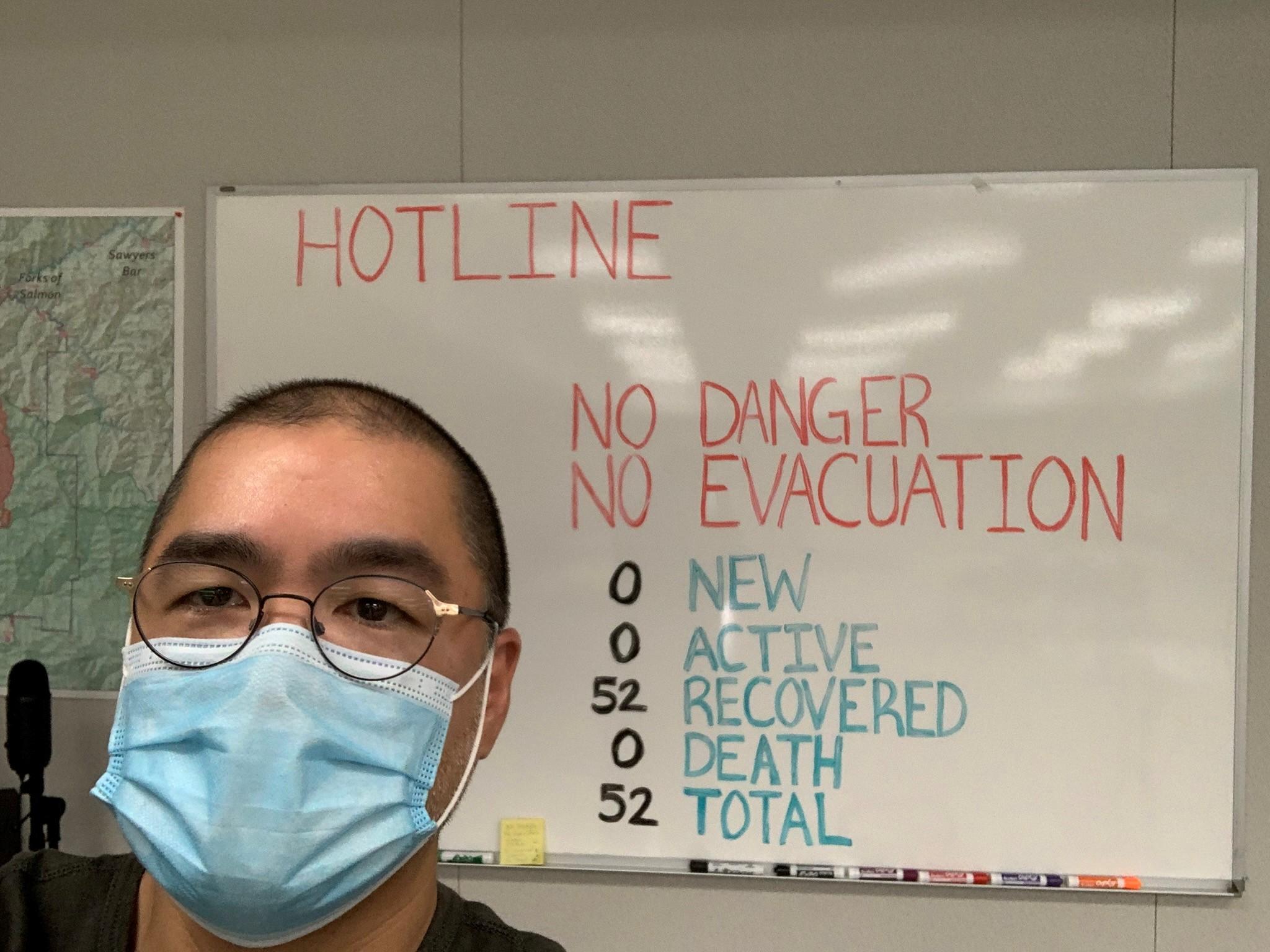 마스크를 쓰고 마커 보드 앞에 있는 Scott Santibanez