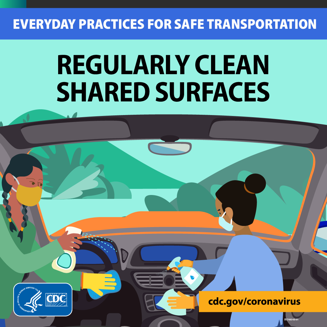 Ảnh hai người phụ nữ đang vệ sinh các bề mặt tiếp xúc trong xe hơi