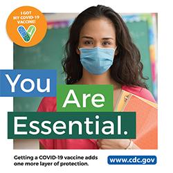마스크를 착용한 여성 교육자. 당신은 꼭 필요한 사람입니다. COVID-19 백신을 접종하면 보호 수단이 하나 더 늘어납니다. www.cdc.gov