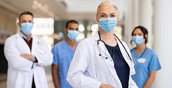 trabajadores de atención médica con mascarillas