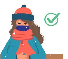 niña sentada en un banco con una bufanda y una mascarilla