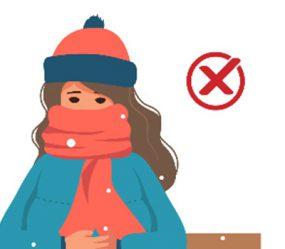 niña sentada en un banco con una bufanda