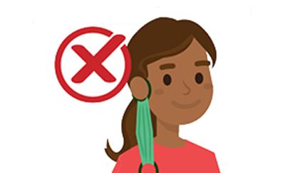 mujer con mascarilla colgando de la oreja