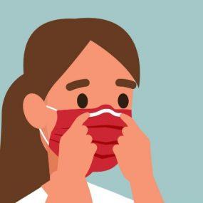 一名女性调整口罩上的鼻夹