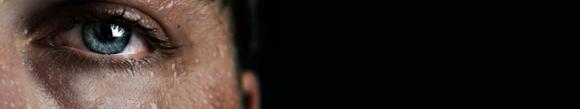 Foto de cerca del ojo de una persona sudando