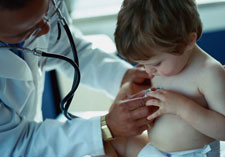 Photo Doctor examining child