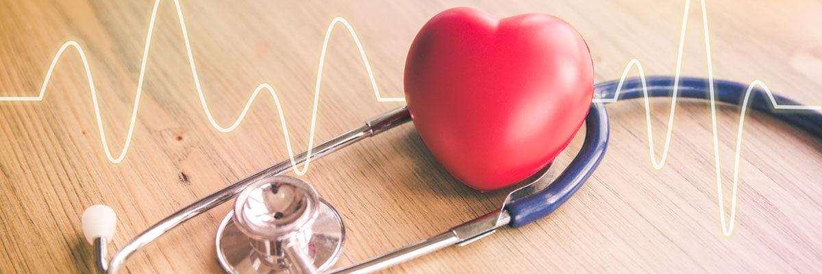 Enfermedades cardiacas: un estetoscopio y un corazón