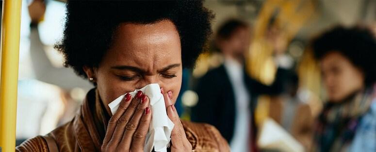 Una mujer sonándose la nariz