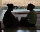 Mujeres conversando en la puerta de entrada de una clínica médica.