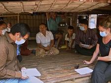 Los miembros del equipo de investigación de brotes realizan entrevistas a los miembros de una familia afectada por el virus H5N1. Camboya.