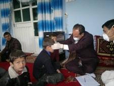 Un centinela hace un registro de las temperaturas y recoge muestras durante un brote de enfermedad respiratoria grave. Afganistán.