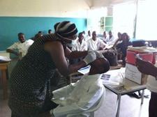 Durante la capacitación, el personal en un puesto de observación aprende el protocolo para recolectar muestras respiratorias. República Democrática del Congo.