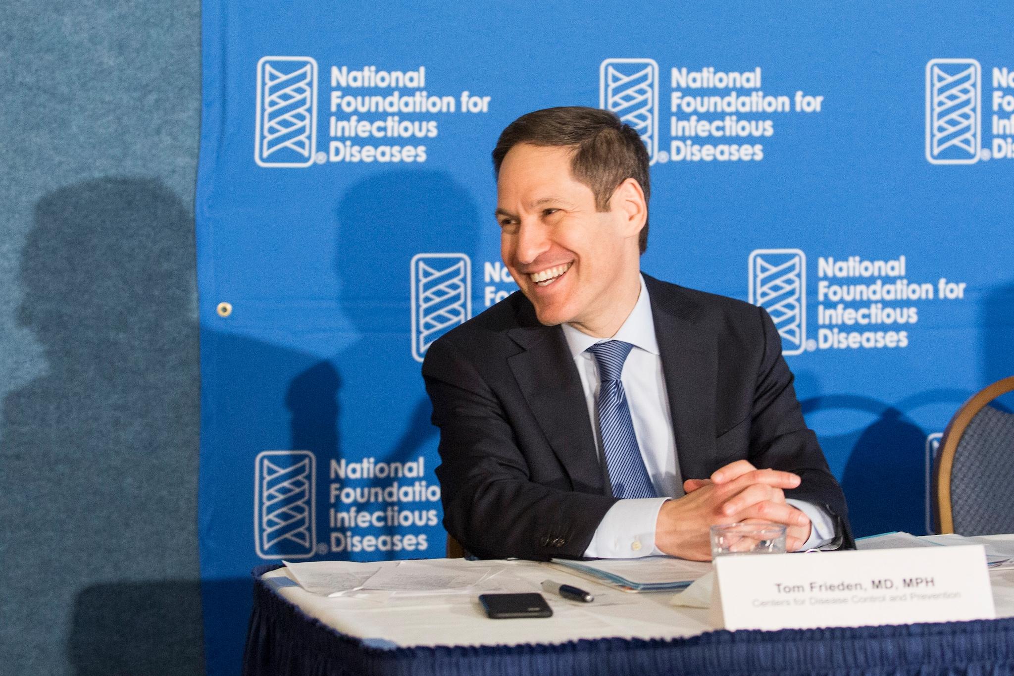 El director de los CDC, el Dr. Tom Frieden, predica con el ejemplo al vacunarse contra la influenza en la Conferencia de prensa anual sobre la influenza/neumococo de la NFID.