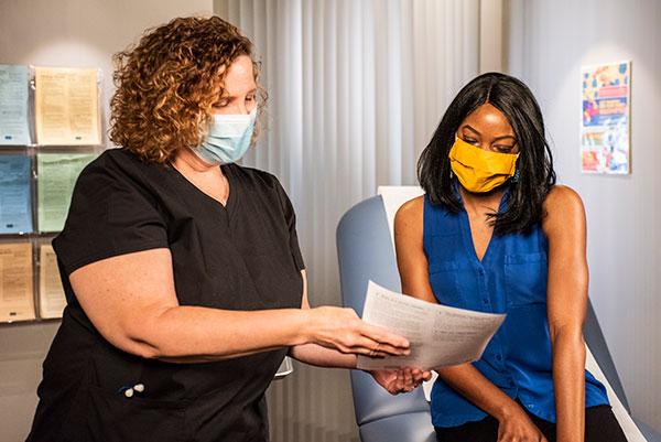 profesional de la salud hablando con su paciente