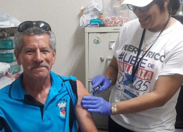 VOCES, foto de un hombre recibiendo la vacuna inyectable contra la influenza