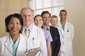 Foto de un grupo de profesionales de la salud, hombres y mujeres, que trabajan juntos.