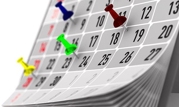 Un calendario con sujetadores que señalan eventos importantes
