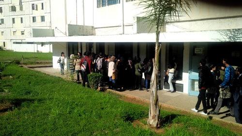 Estudiantes universitarios inscritos en programas de atención médica hacen fila para vacunarse contra la influenza. Casablanca, Marruecos. Temporada de influenza 2014-2015.