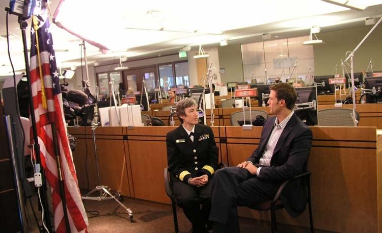 La Dra. Anne Schuchat, MD, RADM, USPHS, RET, a la izquierda, permanece sentada para realizar una entrevista con el Dr. Travis Stork
