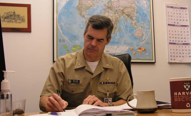 El Dr. Stephen Redd, MD, RADM, USPHS en su escritorio