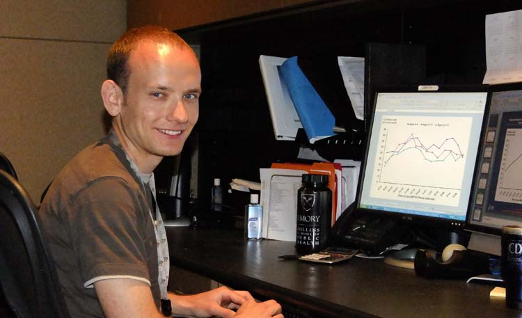 El Epidemiólogo de la División, Matthew Biggerstaff, posa para la foto mientras analiza los datos de vigilancia