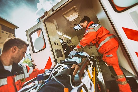 Equipo de paramédicosllevan una camilla